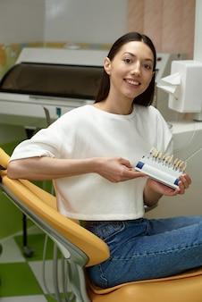 Das mädchen löst zahnprobleme beim zahnarzt