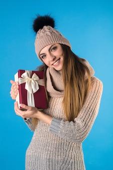 Das mädchen mit der geschenkbox