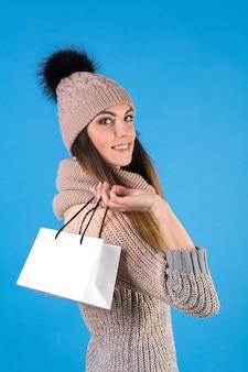 Das mädchen mit einer weißen geschenktüte Premium Fotos
