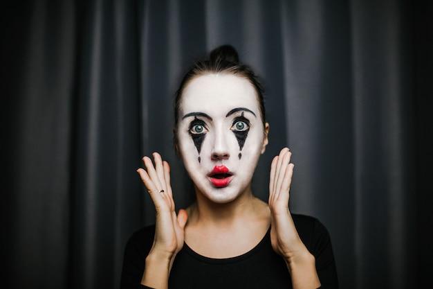Das mädchen mit make-up des pantomimen. improvisation.