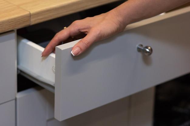 Das mädchen öffnete eine weiße küchenbox