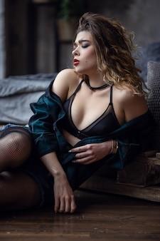 Das mädchen posiert auf einem foto des grunge-studios, in unterwäsche, der netten und sexy frau