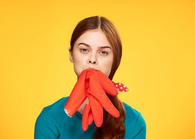 Das mädchen putzt und desinfiziert mit gummihandschuhen