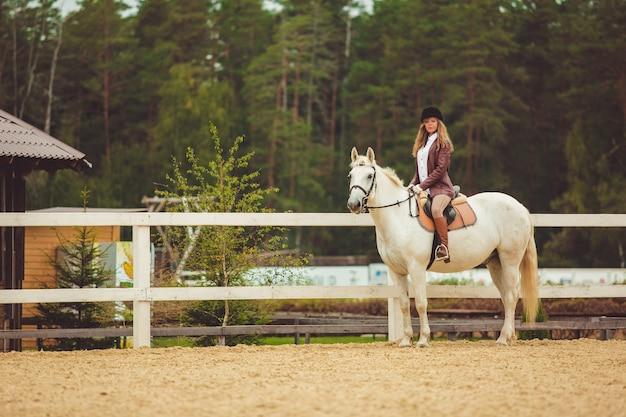 Das mädchen reitet ein pferd