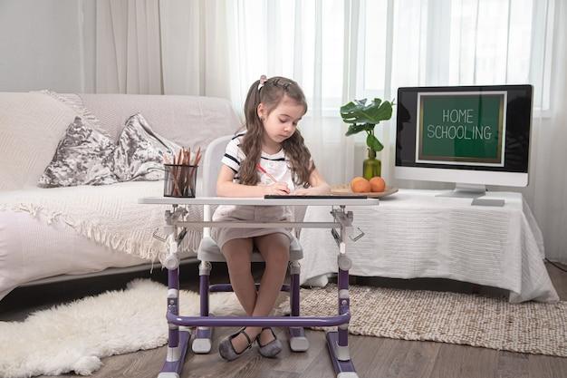 Das mädchen sitzt am tisch und macht hausaufgaben. das kind lernt zu hause. heimschul- und bildungskonzept.
