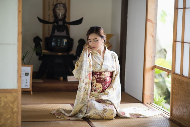 Das mädchen süß mit japanischen yukata