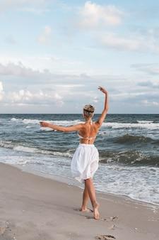 Das mädchen tanzt am strand