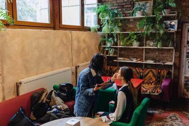 Das mädchenhandeln bildet im café