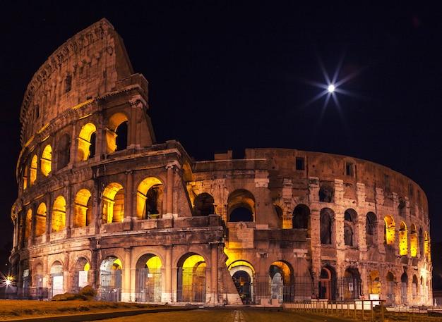 Das majestätische kolosseum in der nachtbeleuchtung.