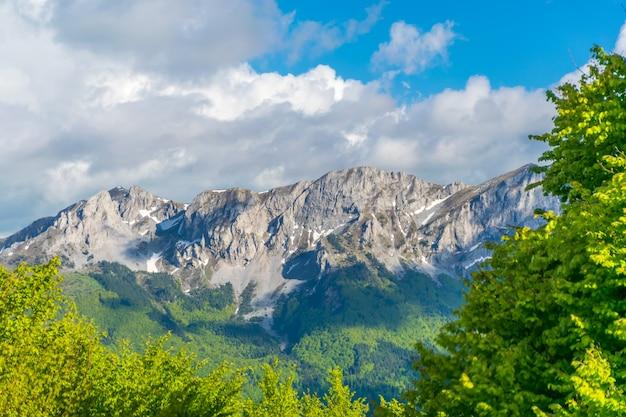 Das malerische komovi-gebirge liegt im osten montenegros