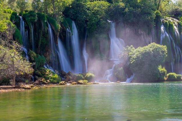 Das malerische kravice fällt in den nationalpark von bosnien und herzegowina.