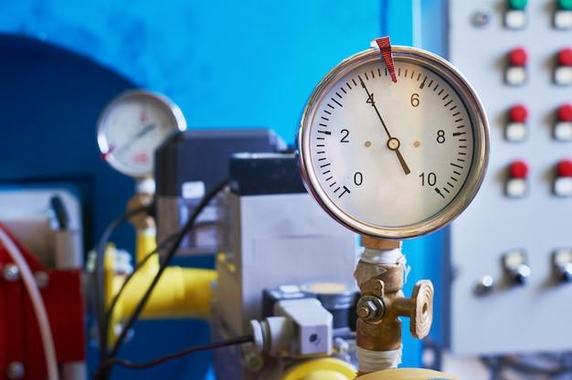 Das manometer, das den gasdruck anzeigt, ist am rohr eingestellt.