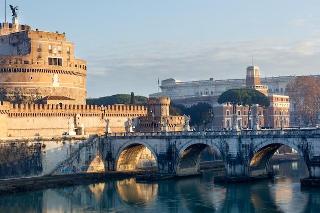 Das mausoleum von hadrian oder die burg des heiligen engels in rom, italien. morgenaussicht