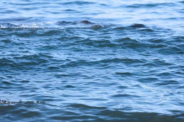 Das meer aus nächster nähe. wasser textur. wasseroberfläche mit wellen. foto in hoher qualität