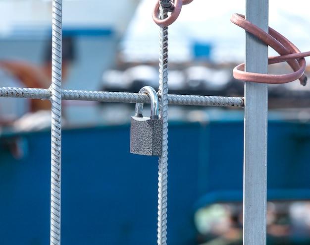 Das metallschloss hängt an einem metallgitter