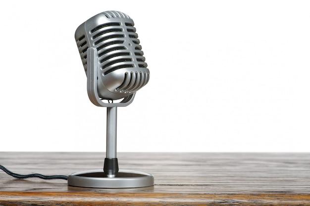 Das mikrofon auf dem tisch mit isoliertem hintergrund