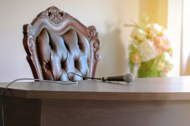 Das mikrofon auf moderner tabelle