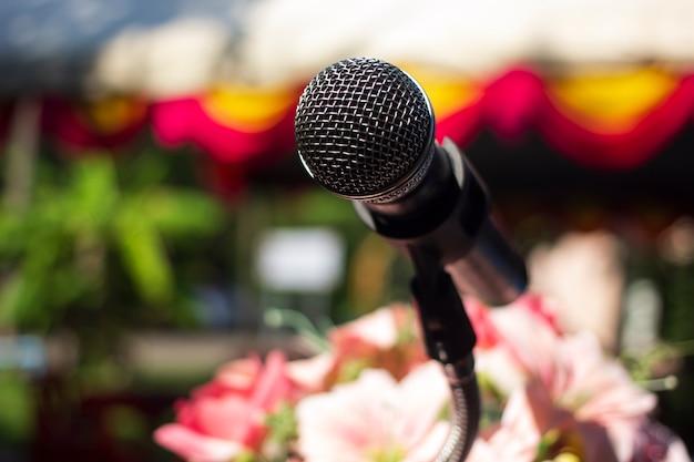 Das mikrofon ist tagsüber für arbeiten im freien bereit.