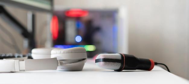 Das mikrofon und der computer im radiostudio zeichnen die rede live auf