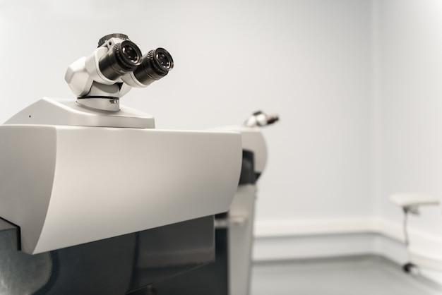 Das mikroskop im operationssaal. moderne medizinische ausrüstung im augenkrankenhaus. medizinkonzept