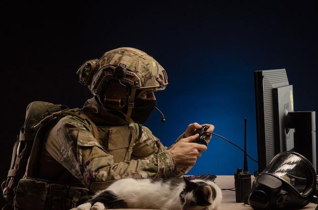 Das militär in uniform, das an einem computer sitzt, führt cyber-kriegsführung durch