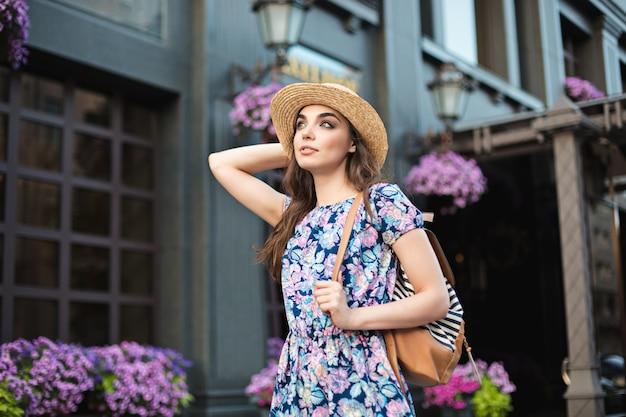 Das modefrauenporträt des jungen hübschen trendigen mädchens, das an der stadt in europa aufwirft