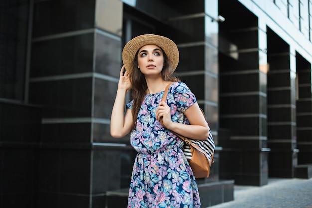Das modefrauenporträt des jungen hübschen trendigen mädchens, das in der stadt in europa aufwirft