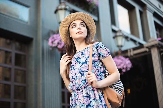 Das modefrauenporträt des jungen recht modischen mädchens, das an der stadt in europa aufwirft