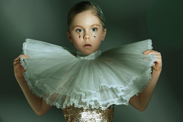 Das modeporträt des jungen schönen jugendlichen mädchens im studio