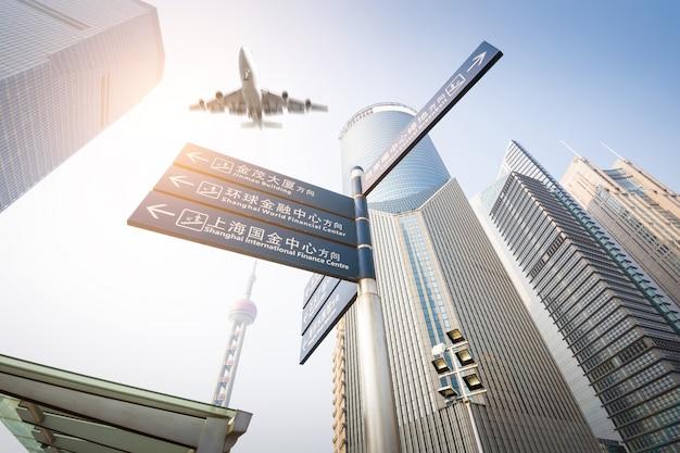 Das moderne gebäude mit verkehrsflugzeug an der dämmerung in shanghai, china.