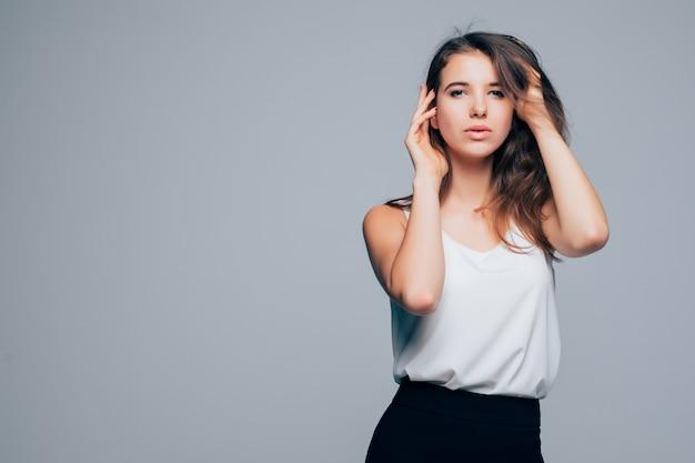 Das moderne kleid des sonnigen mädchens in der mode wirft im studio auf weißem hintergrund auf