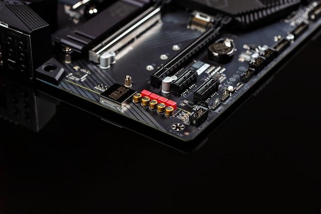 Das motherboard zeigt die leiterplatten und komponenten der chips