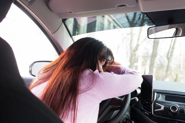 Das müde mädchen am steuer eines autos