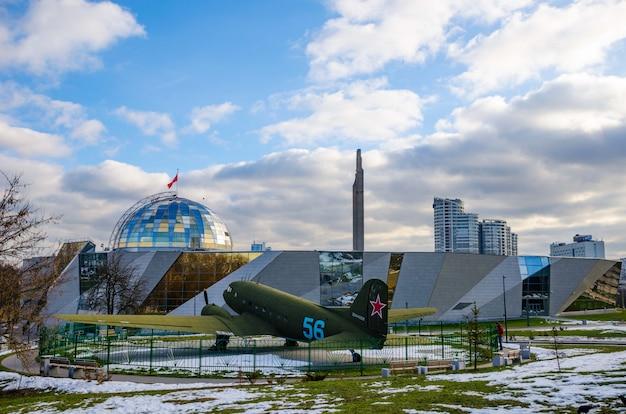 Das museum des grossen patriotischen krieges besuchte besucher nach der wiederherstellung vieler ausstellungen.