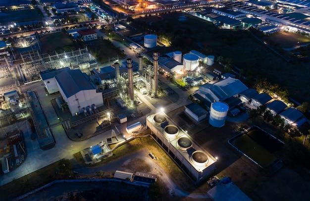 Das nachtlicht-öl-terminal der luftaufnahme ist eine industrieanlage zur lagerung von öl und petrochemikalien.