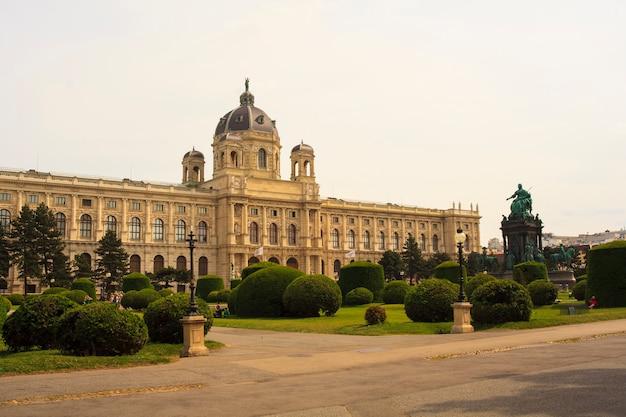 Das naturhistorische museum und das denkmal für kaiserin maria theresia, wien
