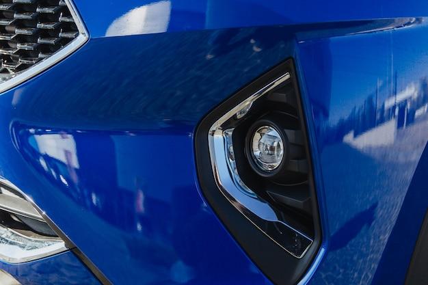 Das nebelscheinwerferlicht eines blauen autos