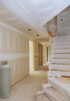 Das neue haus, das material für reparaturen in einer wohnung installiert, befindet sich im bau, wird umgebaut und umgebaut