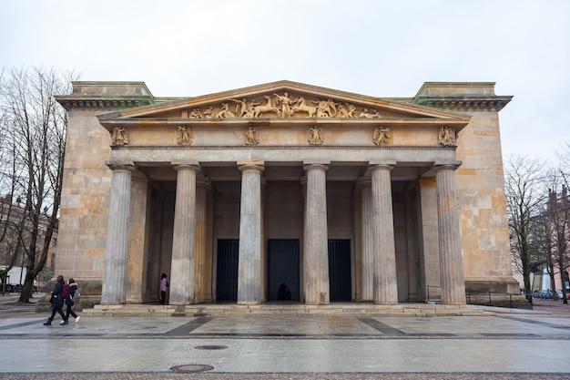 Das neue wache-kriegsdenkmal in berlin ist allen kriegs- und diktaturopfern gewidmet.