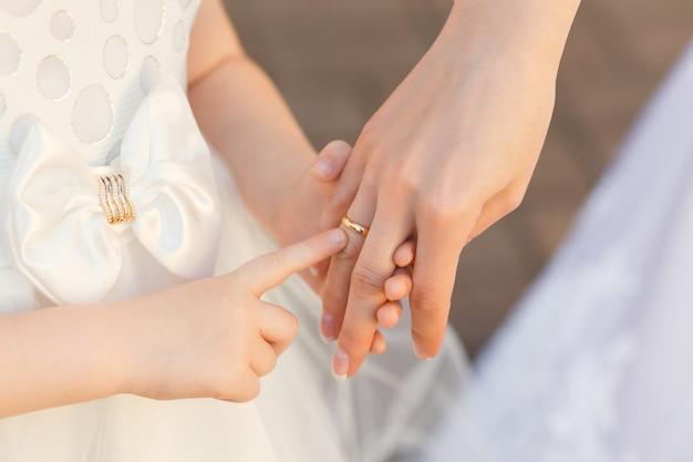 Das neugierige kind berührt den verlobungsring