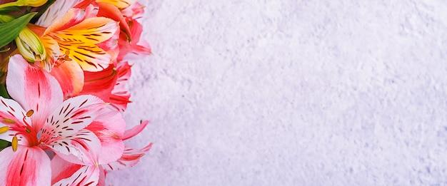 Das orchideenbouquet ist schön, frisch, leuchtend rot und gelb auf hellem hintergrund.