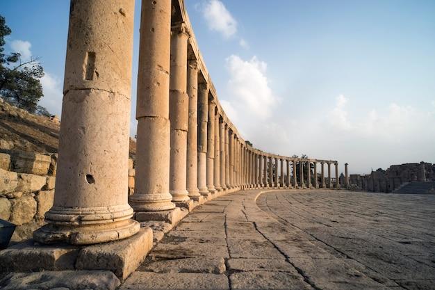 Das oval forum und cardo maximus in der römischen stadt gerasa in der nähe von jerash, pompeji des ostens. die stadt der 1000 säulen. nordjordanland.