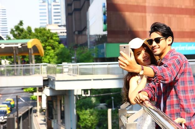 Das paar genießt selfi