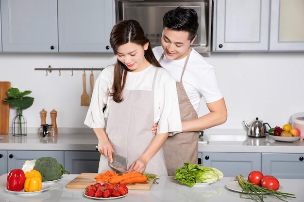 Das paar kochte zusammen in der küche.