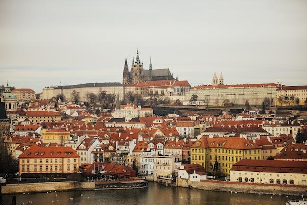 Das panorama von prazhsky hrad im zentrum von prag.