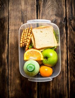 Das picknick-set. sandwiches, obst und ein milchshake von kiwi.