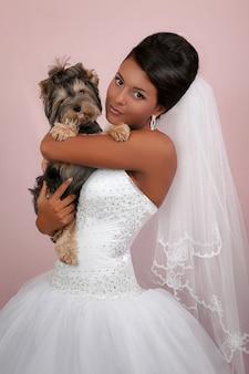 Das porträt der braut mit einem yorkshire-terrier