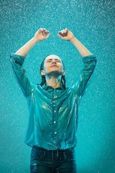 Das porträt der jungen schönen frau im regen