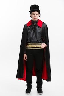 Das porträt des hübschen kaukasischen vampirs, der verletzt, verlieren seinen vampirszahn.