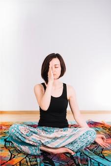 Das porträt einer jungen frau, die mit augen meditiert, schloss